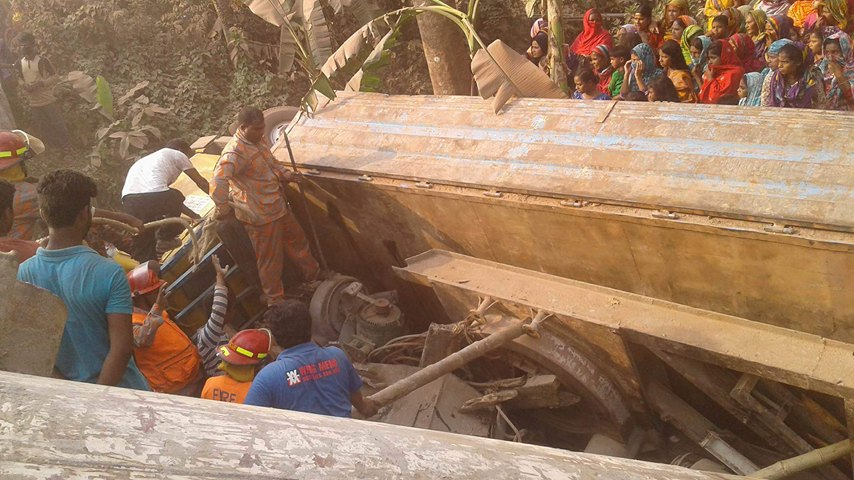 3 killed in truck collapse in Shariatpur highway