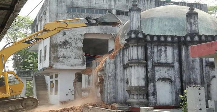 ভেঙে ফেলা হচ্ছে দুই শতাধিক বছরের পুরনো মটকা মসজিদ The traditional Lakshmipur Matka Mosque is being broken