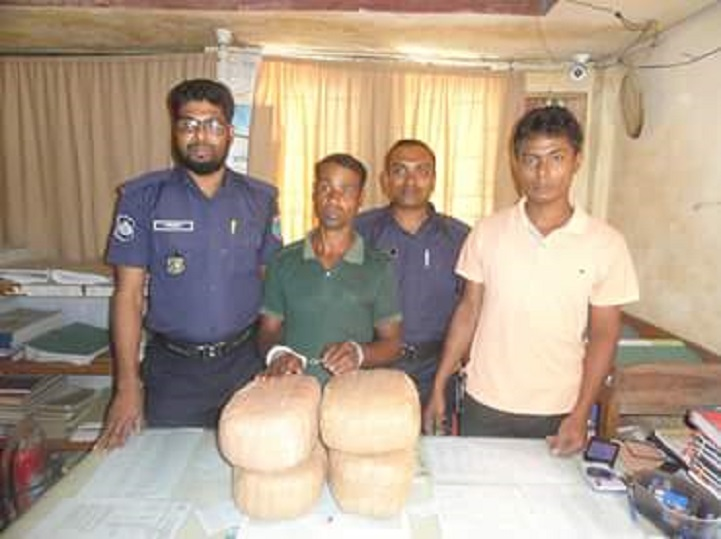 গাঁজাসহ-আটক-Detained drug dealer with banana Banapole