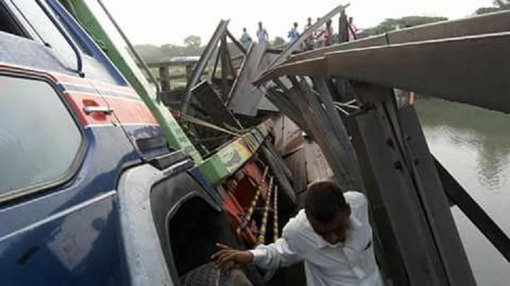চরম-দূর্ভোগের-নাম-The name of the extreme wretched Rajgonj-Ari Gaon Bridge is going on patchwork