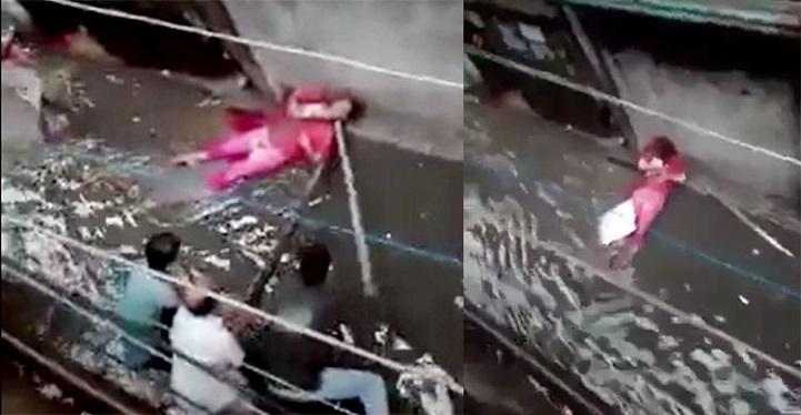 জলাবদ্ধ-রাস্তায়-বিদ্যুৎ-Strong attempts to save the electrocuted woman from bamboo with bamboos on the streets