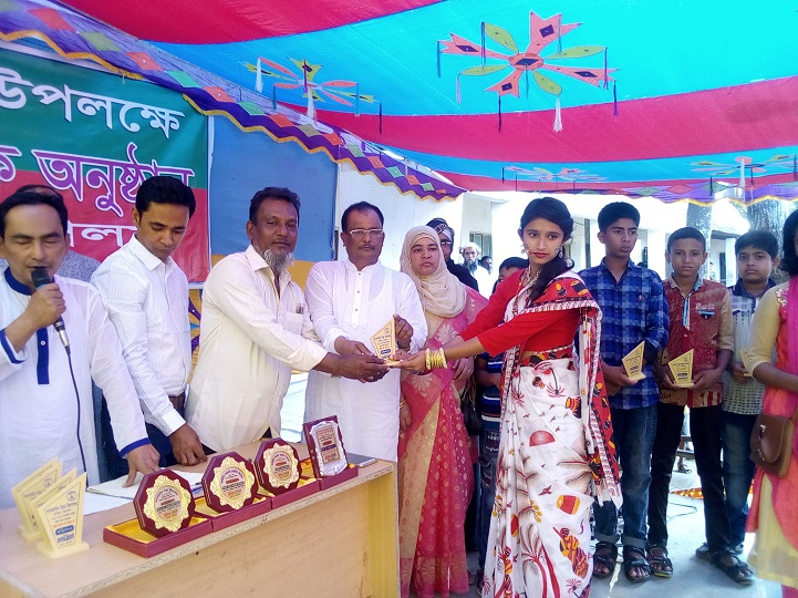সংবর্ধনা-ক্রেষ্ট-প্রদান-Giving reception and conferance to 21 students attending the Distinguished Program at Durgapur