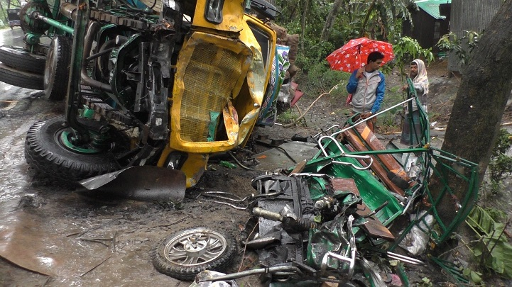 মহাসড়কে-ট্রাকের-ধাক্কা-Four passengers were killed in a road accident on the highway, injured-2
