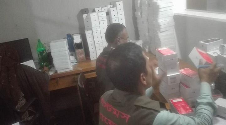 রাজধানীতে নকল আইফোন তৈরির কারখানার সন্ধান