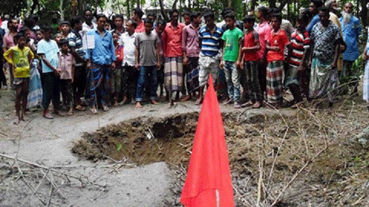 ময়মনসিংহে উড়ন্ত বিমান থেকে ছিটকে পড়লো ডেমো বোমা