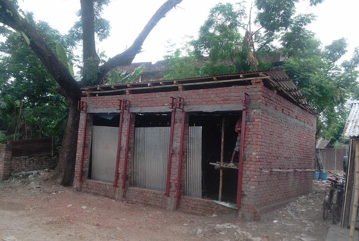 তানোরে হাটের জায়গা দখল করে পাকা ঘর নির্মাণ,নিরব প্রশাসন