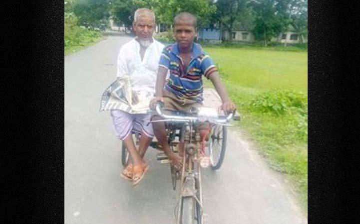 অভাবের সংসারে ১০ বছরের স্কুল ছাত্র রহিম ভ্যানচালক
