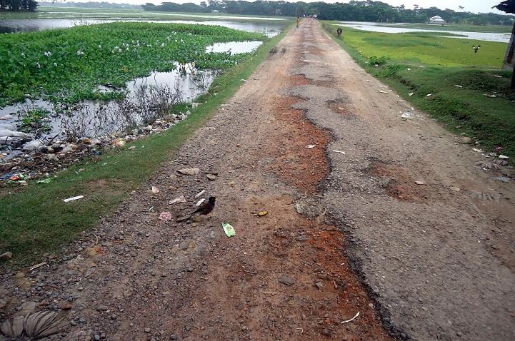 কলাপাড়ায় বেহাল দশায় অভ্যাস্তরীন ৩৪ কিলোমিটার সড়কজনর্দুভোগ চরমে