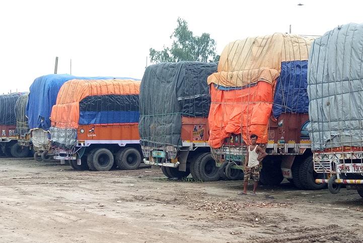 ভারতীয় ট্রাক চালকদের আন্দোলনে হিলি স্থলবন্দরে আমদানি-রপ্তানি বন্ধ
