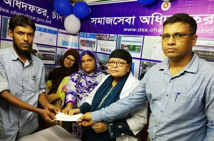 দরিদ্র ও সামাজিক সংগঠনের মাঝে চাঁদপুর জেলা সমাজসেবা অধিদপ্তরের চেক বিতরন