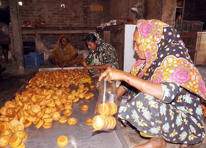 পলাশবাড়ীতে অস্বাস্থ্যকর বেকারী পণ্যে বাজার সয়লাব
