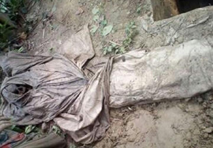শার্শায় কবর খুঁড়তে কাফনের কাপড় পরিহিত কংকাল