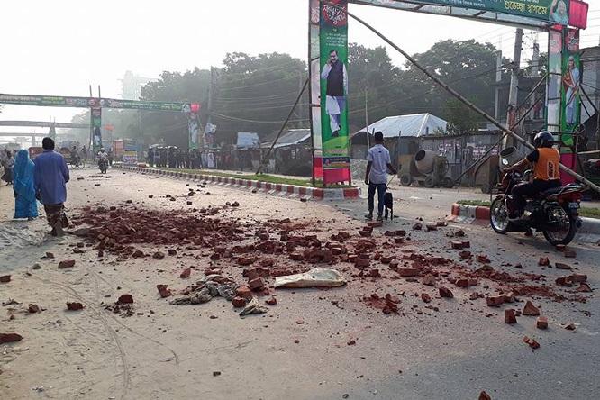 মাদারীপুরে আধিপত্য বিস্তার কেন্দ্র করে সংঘর্ষে পুলিশসহ ১৫জন আহত