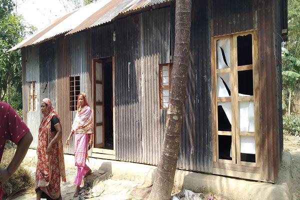 মাদারীপুরে পুরুষশুন্য এলাকাতে প্রতিনিয়ত চলছে ভাংচুর ও লুটপাট