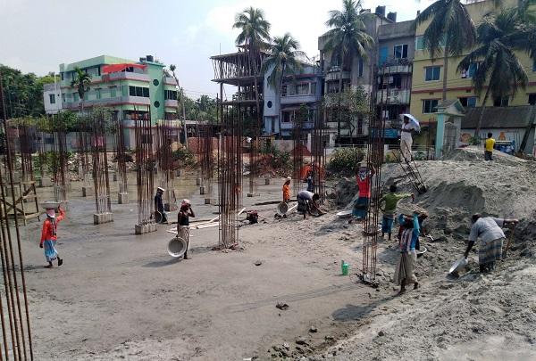 আদালতের নির্দেশ অমান্য, লক্ষ্মীপুরে চলছে বহুতল ভবন নির্মাণ কাজ