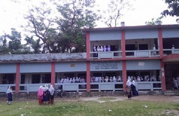 লক্ষ্মীপুরে দাবি আদায় শিক্ষার্থীদের ক্লাস বর্জন