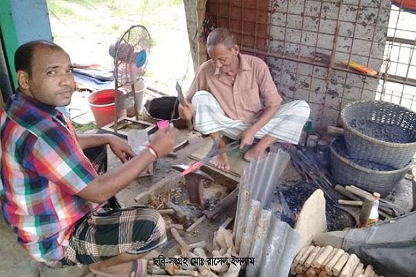 ঈদকে-সামনে-রেখে-ব্যস্ত-সময়-পার-করছে-শার্শার-কামার-শিল্পের-কারিগররা