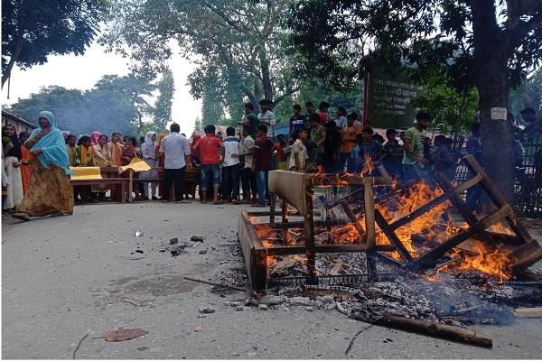 নাজিমখান স্কুল এন্ড কলেজের ভারপ্রাপ্ত অধ্যক্ষের অপসারণের দাবীতে বিক্ষোভ