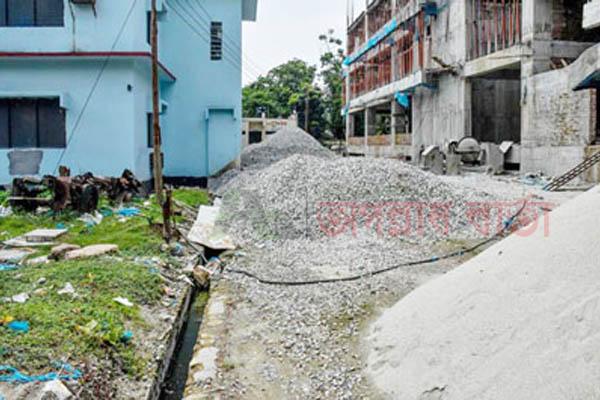 গাইবান্ধা জেলা হাসপাতালটি দুর্গন্ধ ও অপরিচ্ছন্ন পরিবেশে বেহাল অবস্থা