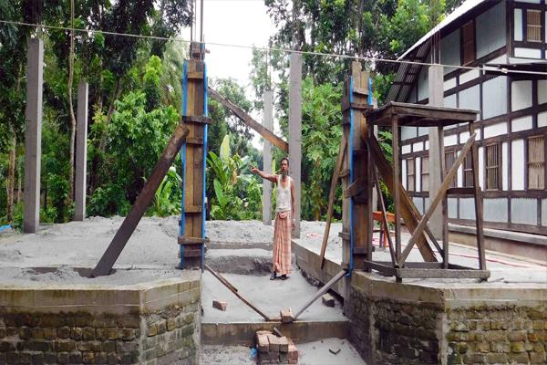 আগৈলঝাড়ায় জায়গা দখল করে পাকা ভবন নির্মাণের অভিযোগ