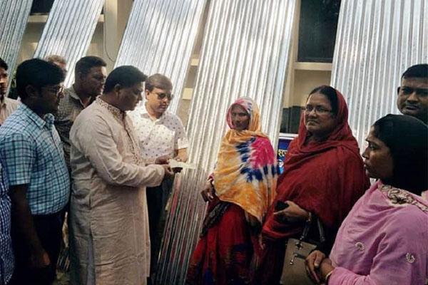 গোদাগাড়ীতে বন্যার্তদের মাঝে ঢেউটিন ও আর্থিক সহায়তা প্রদান