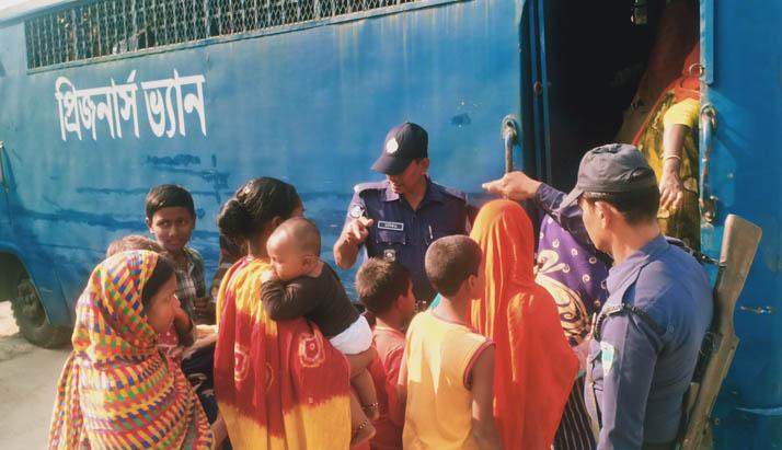 অবৈধ পথে ভারতে প্রবেশ কালে বেনাপোলে ৫৪ নারী-পুরুষ ও শিশু আটক