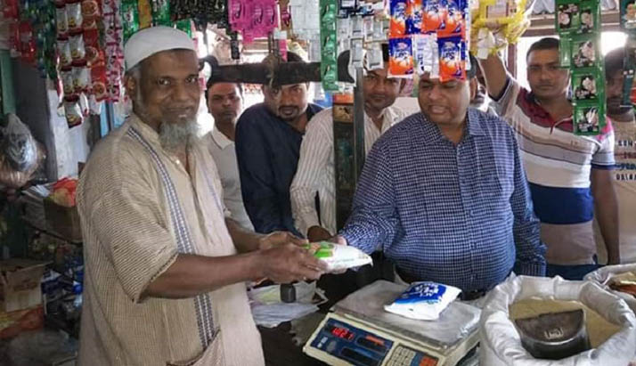 গোদাগাড়ীতে লবনের গুজব প্রতিরোধে বাজারে উপজেলা চেয়ারম্যান