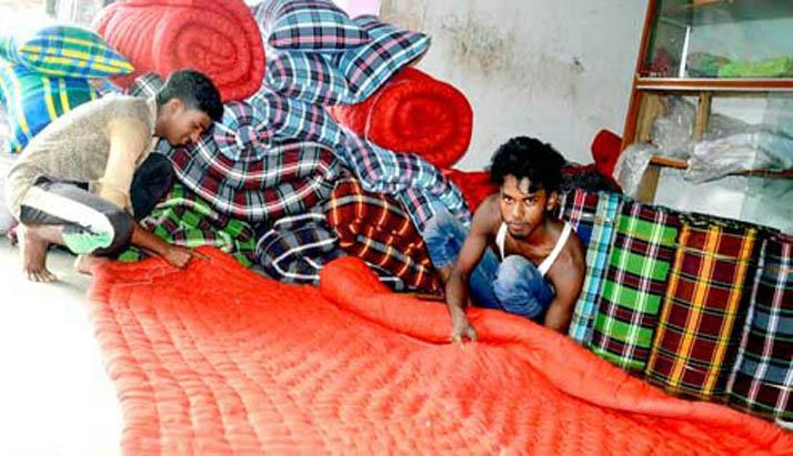 শীতের আগমনী বার্তা, বরিশালে লেপ-তোষক তৈরিতে ব্যস্ত কারিগররা